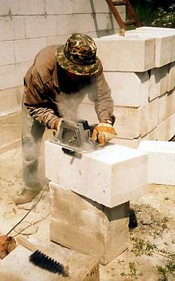Надрезание газобетонных блоков