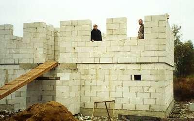Стены быстро растут