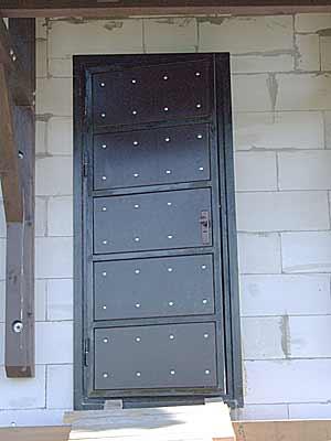Вид входной двери снаружи