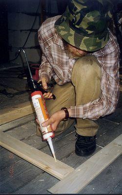 Заполняем отверстия от шурупов шпатлевкой для дерева