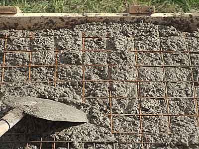 Укладка арматурной сетки в верхний слой бетона