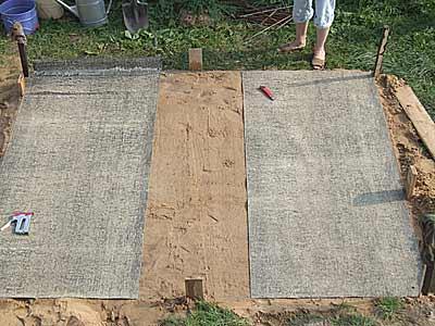 Укладка рубероида на уплотненный песок