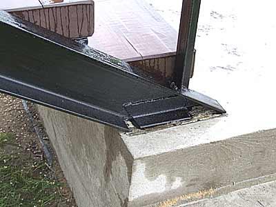 Опирание стальных тетив на бетонное основание