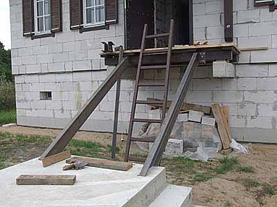 Установка тетив наружной лестницы