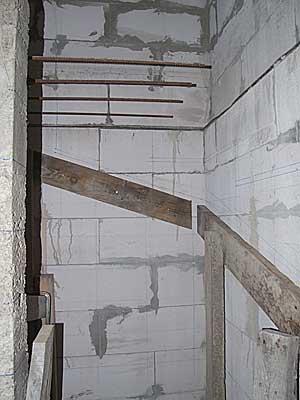 Нижние направляющие для опалубки лестницы