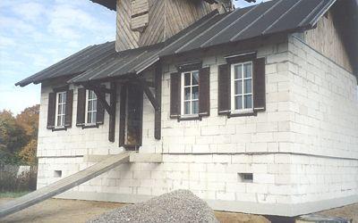 Окна со ставнями на главном фасаде