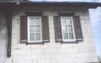 Вид готовых окон со ставнями